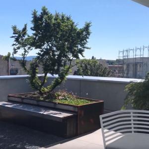Terrassengestaltung mit Sitzbänken