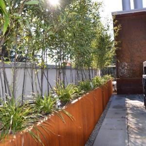 Terrassengestaltung mit Cortengefässen